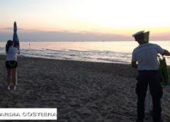 'Ripuliti' 1.600 metri di spiaggia da sdraio e ombrelloni