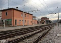 Anziana cammina sui binari: salvata da carabinieri e 118